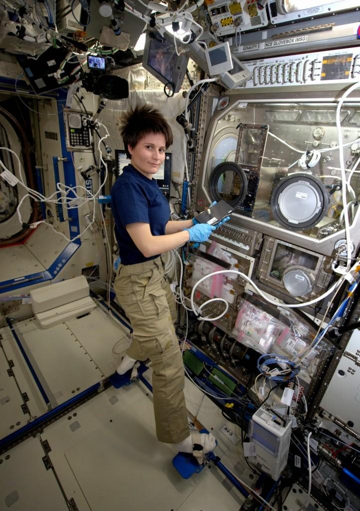 Samantha Cristoforetti con la stampante 3D della NASA in una scatola a guanti. Credit: ESA/NASA