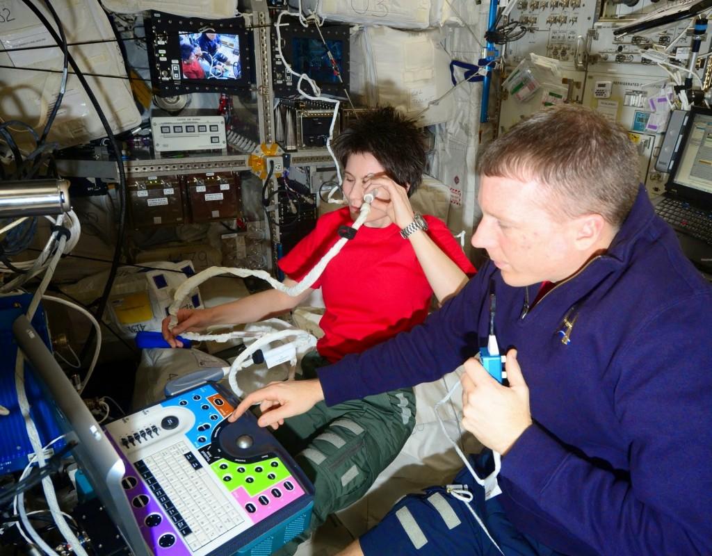 Samantha Cristoforetti esegue un'ecografia all'occhio. Credit: ESA/NASA