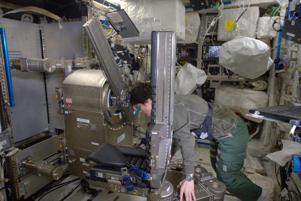 Samantha Cristoforetti monta l'esperimento MARES. Credit: ESA/NASA