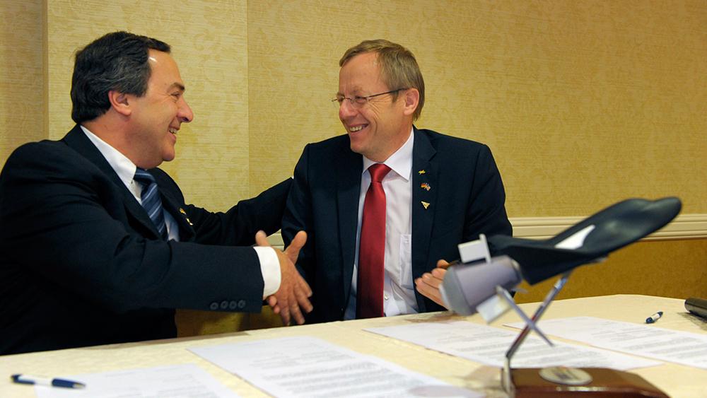 Mark Sirangelo, vicepresidente di SNC Space System e Jan Woerner, presidente di DLR, durante la cerimonia della firma. (C) Chuck Bigger