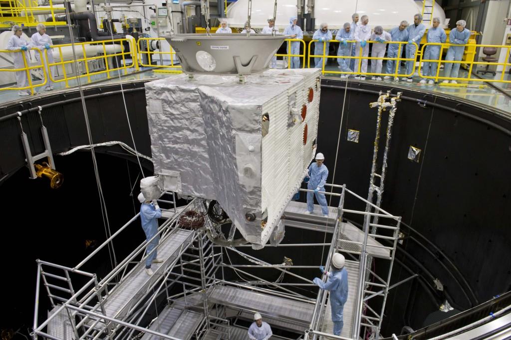 Lo scorso ottobre il Mercury Planetary Orbiter è stato calato nella camera a vuoto che simula le condizioni che troverà nei pressi di Mercurio. Credit: ESA–A. Le'Floch