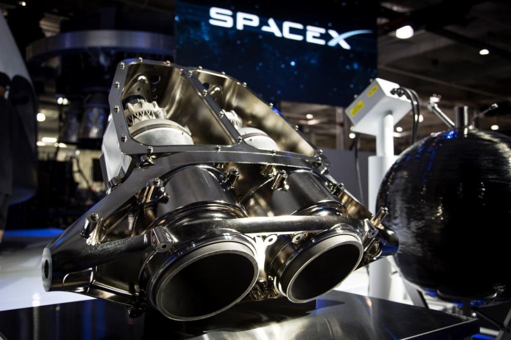 Una coppia dei motori Super Draco che equipaggeranno la Dragon per il trasporto di astronauti. Credit: SpaceX