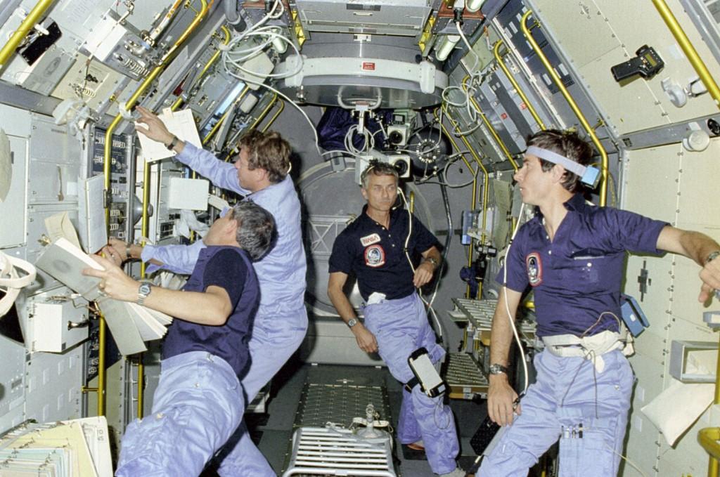 Owen Garriott (al centro) durante la STS-9 assieme agli astronauti (da sinistra a destra) Robert Parker, Byron Lichtenberg e Ulf Merbold. Credit: NASA