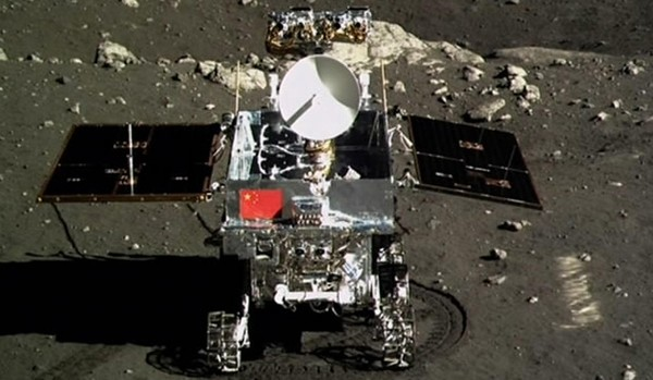 Il rover Cinese Yutu fotografato dal lander Chang'e 3. Credit: Xinhua