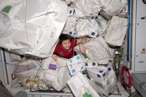 Samantha Cristoforetti fra il materiale da riportare a terra con Dragon SpX-6. Credit: ESA/NASA
