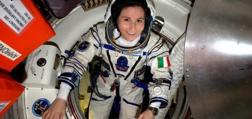 Samantha Cristoforetti in tuta Soyuz prima del rinviato rientro della Soyuz TMA-15M. Credit: ESA/NASA