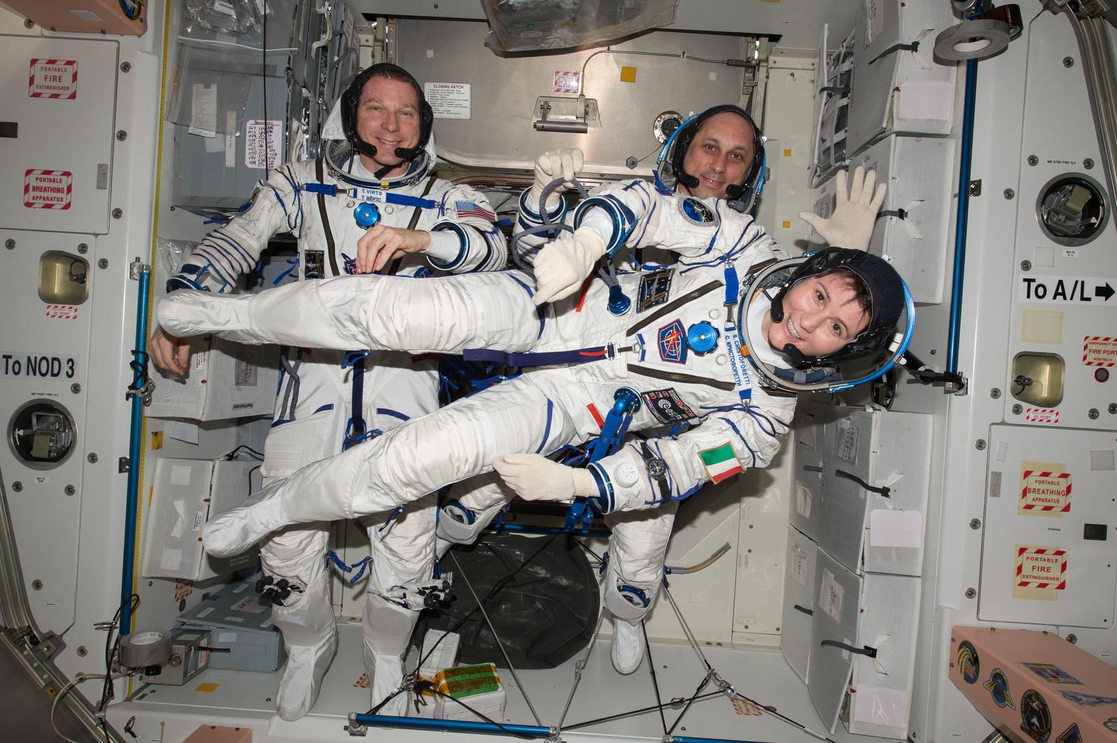 Samantha Cristoforetti con il suo equipaggio in preparazione al rientro della Soyuz TMA-15M poi rimandato. Credit: ESA/NASA