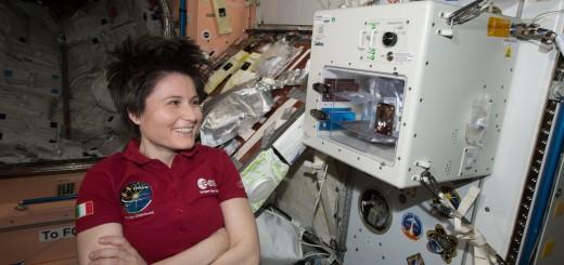 Samantha Cristoforetti con la macchina da caffè ISSpresso. Credit: ESA/NASA