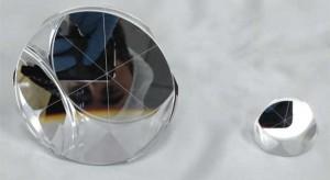 Il retroriflettore di 2a generazione sviluppato dai LNF e Università del Maryland (sinistra)  e reflettore di 1a generazione usato durante le missioni Apollo. Credit: INFN-LNF