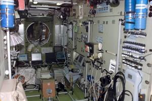 I computer di controllo dell'assetto della Stazione Spaziale Internazionale dentro al modulo Zvezda, fotografati dall'equipaggio di STS-108 - (C) NASA