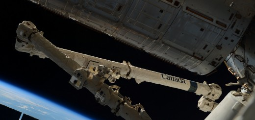 Il braccio robotico Canadarm 2 della ISS agganciato al Cargo Dragon CRS-6. Credit: ESA/NASA