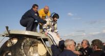 Samantha Cristoforetti viene aiutata a scendere dal modulo di rientro della Soyuz TMA-15M dopo l'atterraggio. Credit: ESA-S. Corvaja