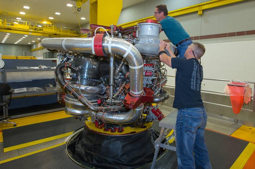 Tecnici di Aerojet Rocketdyne al lavoro sul motore 2063