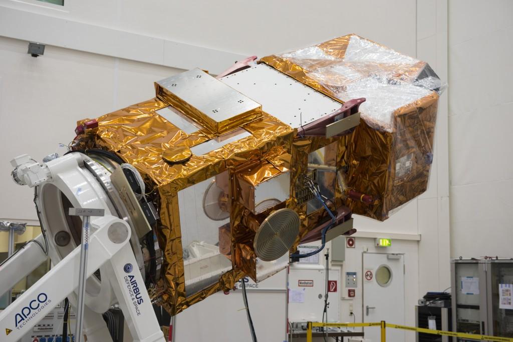 Sentinel-2A nel febbraio 2015 presso la IABG (Industrieanlagen-Betriebsgesellschaft mbH) di Ottobrunn in Germania ormai pronto per essere trasferito a Kourou per il lancio. Credit: ESA–S. Corvaja, 2015