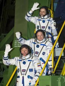 Bajkonur, Venerdì 27 Marzo 2015; l'equipaggio dell'Expedition 43 poco prima di salire sulla loro Sojuz TMA-16M. In alto il cosmonauta russo Mikhail Kornienko (Roscosmos), al centro l'astronauta Scott Kelly (NASA), ed in basso il cosmonauta russo Gennady Padalka (Roscosmos). Photo Credit (NASA/Bill Ingalls).