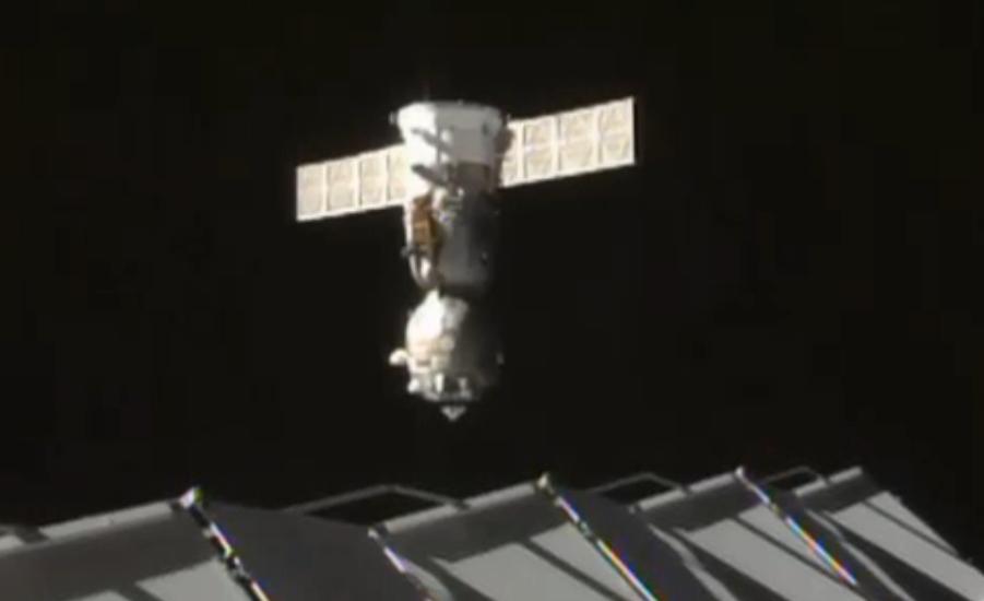 La Soyuz TMA-16M poco dopo il suo sganciamento dal boccaporto del modulo Poisk. Credit: NASA TV
