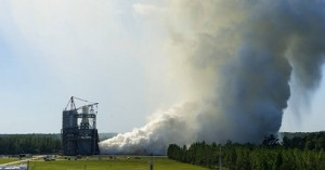 Test di accensione di RS-25 allo Stennis Space Center (NASA)