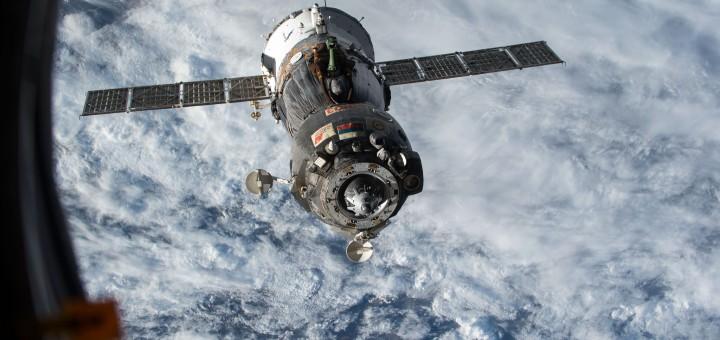 La Soyuz TMA-15M con a bordo Samantha Cristoforetti si allontana dalla Stazione Spaziale.
