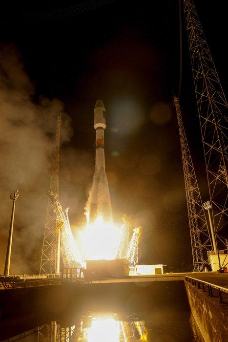 Un'immagine del lancio del Sojuz con a bordo due satelliti della costellazione Galileo