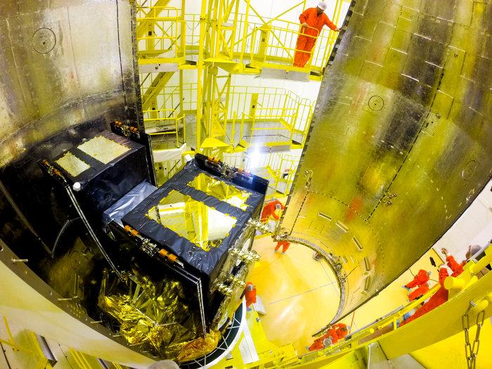 Un'immagine della chiusura del fairing del Sojuz con all'interno i satelliti Galileo 5 e 6