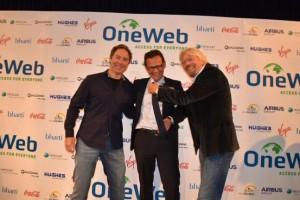 Greg Wyler, fondatore di OneWeb (sinistra), Stéphane Israël, CEO di Arianespace (centro) e Richard Branson, fondatore di Virgin Galactic (destra) al momento della firma del contratto il 25 giugno 2015 a Londra. Credits: Stéphane Israël/Twitter