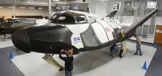 Tecnici di Sierra Nevada Corporation al lavoro sull'ETA del Dream Chaser. Credits: Sierra Nevada Corporation