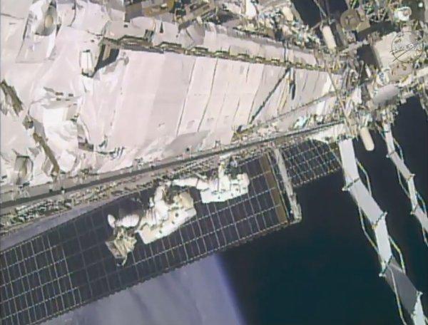 I due astronauti ritornano verso Quest per terminare la loro EVA.