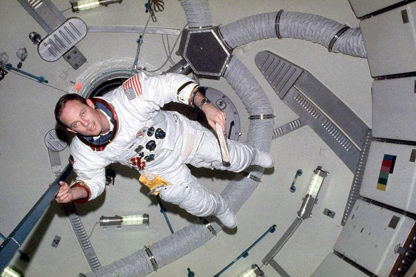 Jack Lousma all'interno della stazione spaziale Skylab nel 1973.