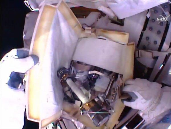 La sacca contenente il sistema di sfiato installato da Lindgren e Kelly per rimuovere l'ammoniaca dai condotti provenienti dal serbatoio una volta terminato il rabbocco.