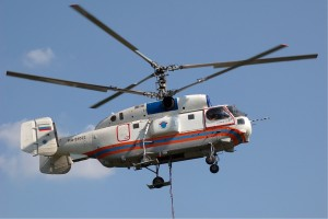 Un Ka-32 ripreso durante operazioni al gancio