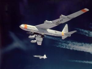 Un B-52 con un X-15 ancora agganciato ad esso, entrambi scortati da un T-38