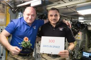 L'astronauta NASA Scott Kelly e il cosmonauta russo Mikhail Kornienko posano sulla International Space Station in gennaio dopo 300 giorni nello spazio. Credit: NASA