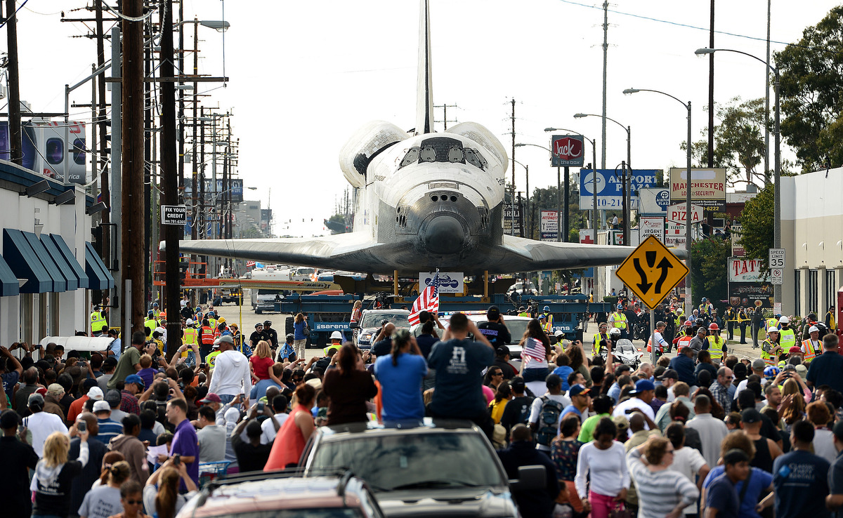 L'orbiter Endeavour attraversa Los Angeles nel 2012. Credit: Wally Skalij/Los Angeles Times