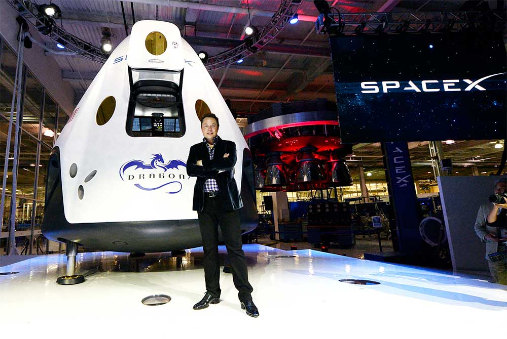 Elon Musk davanti alla capsula Dragon V2. Credit: SpaceX
