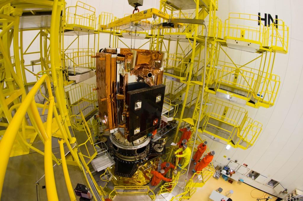 Sentinel 1B e il supporto per il payload secondario durante l'installazione sul modulo Fregat - Credit: ESA - Manuel Pedoussaut