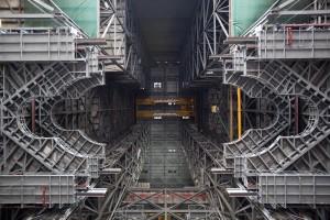 Installazione delle piattaforme per SLS nella High Bay 3 del VAB. Credit: NASA/Dimitri Gerondidakis