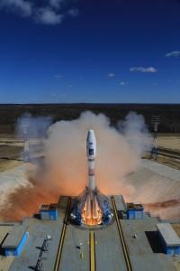 Il vettore Soyuz 2.1a con i motori già accesi ma ancora trattenuto a terra. Credits: Roscosmos