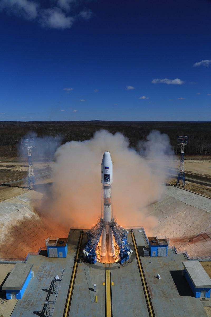 Il vettore Sojuz 2.1a con i motori già accesi ma ancora trattenuto a terra. Credits: Roscosmos