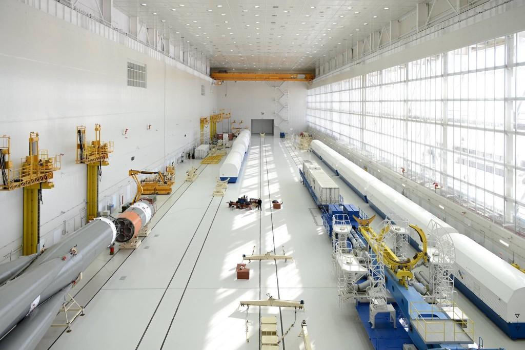 L'edificio in cui viene integrato il vettore Soyuz. Credit: Roscosmos.