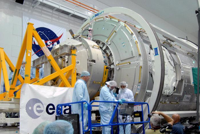 """Cupola fotografato a terra prima del lancio, nel 2009, montato provvisoriamente sul modulo 3 """"Tranquillity"""" - Credits: NASA"""