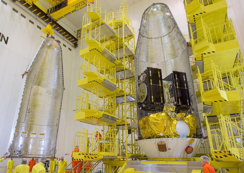 I Galileo 13 e 14 stanno per essere chiusi nel fairing. Credit: ESA-CNES-Arianespace