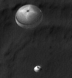 Phoenix in atterraggio fotografato dall'orbita. Credit JPL
