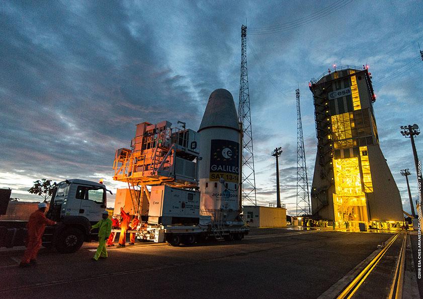 Il modulo Fregat e i satelliti sono trasportati alla torre di servizio mobile per l'integrazione sul vettore Soyuz. Credit: ESA-CNES-Arianespace