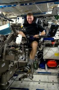 Tim Peake con il dispositivo MARES. (C) ESA.