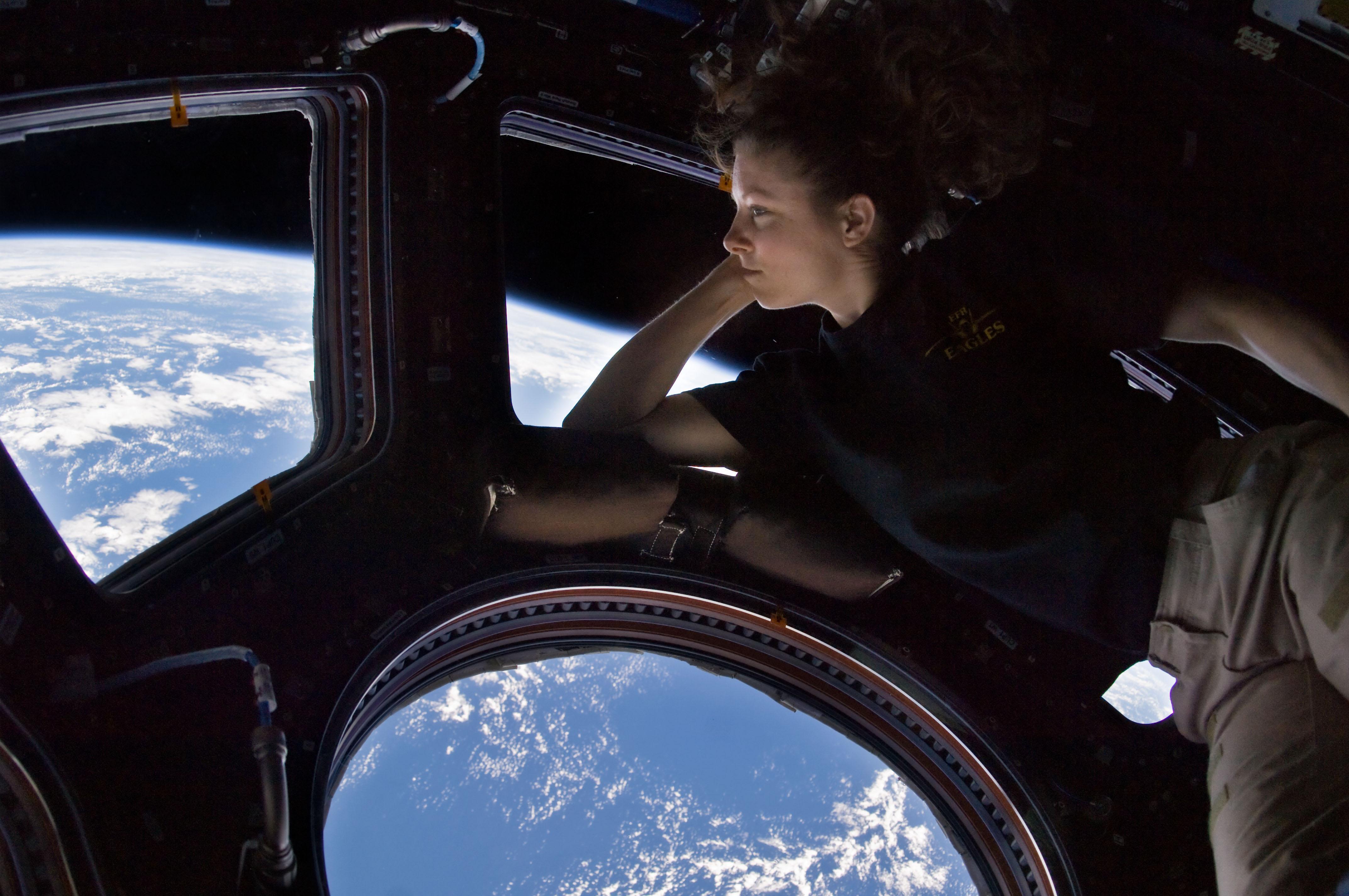 L'astronauta NASA Tracy Caldwell Dyson osserva la Terra dal modulo Cupola durante Epedition 24, nel 2010 - Credit: NASA1
