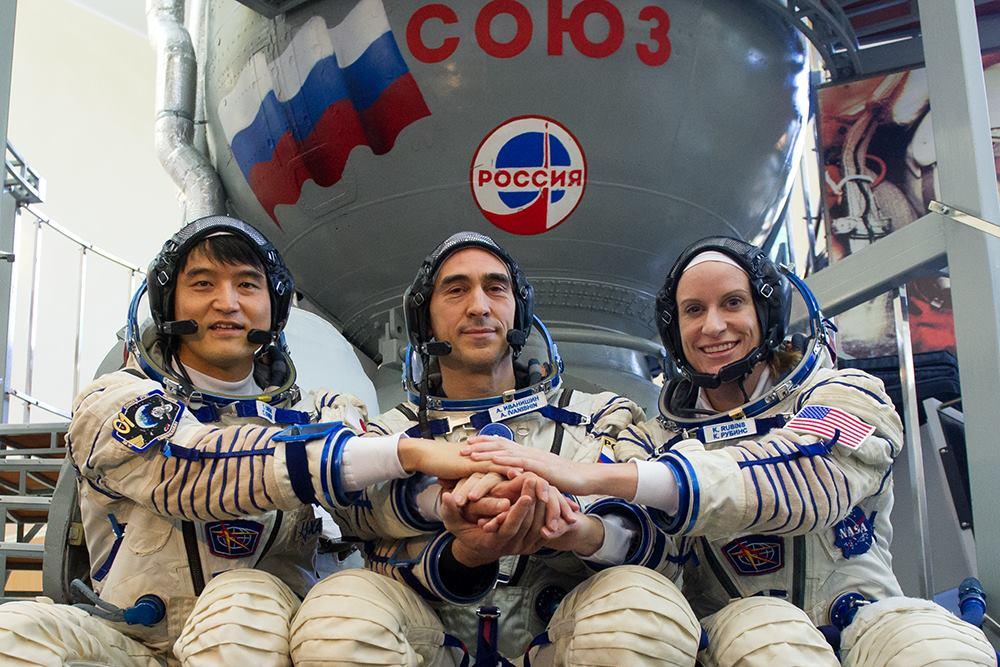 Takuya Onishi (JAXA) Anatolij Ivanišine (Roscosmos) e Kathleen Rubins (NASA). Credit: Roscosmos