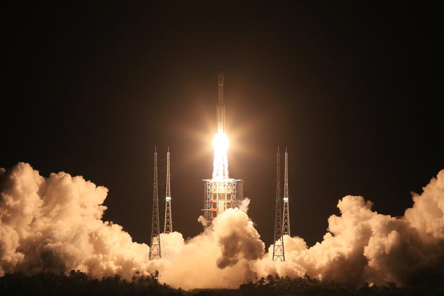 Il liftoff notturno di Lunga Marcia 7. Credit: Xinhua