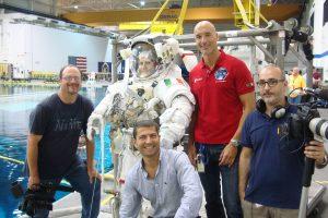Samantha Cristoforetti e Luca Parmitano insieme al regista Gianluca Cerasola e a parte della troupe al Johsnon Space Center di Houston, Texas.