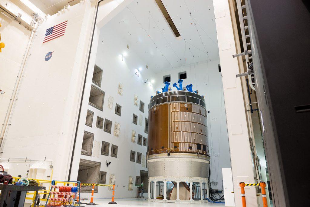 Una versione per test del modulo di servizio di Orion è stata sottoposta a test acustici lo scorso Aprile nella Reverberant Acoustic Test Facility presso la Plum Brook Station di Sandusky, Ohio, del del Glenn Research Center della NASA. Photo credit: NASA Rami Daud (Alcyon Technical Services JV, LLC)