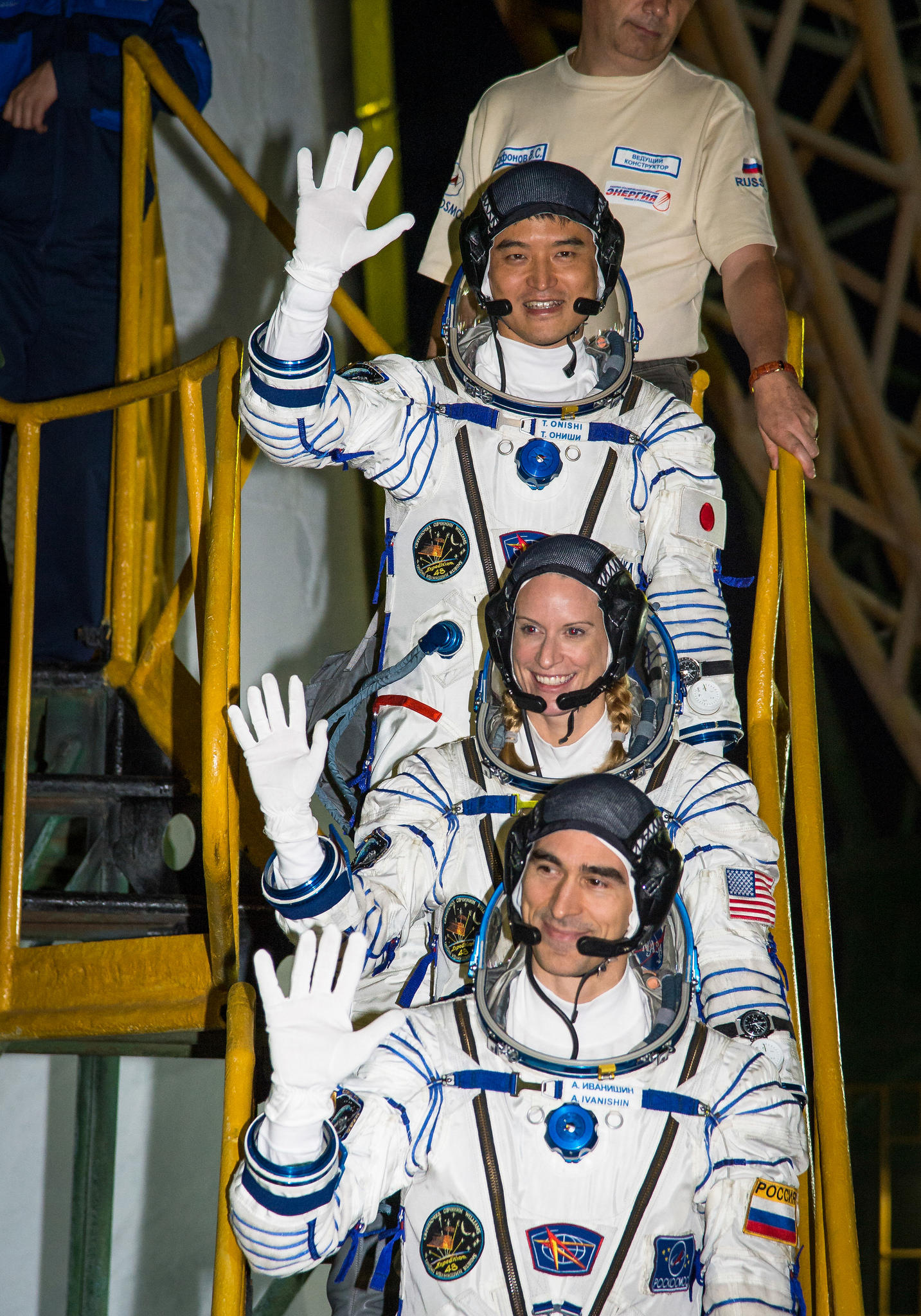 Takuya Onishi, Kate Rubins e Anatoly Ivanishin poco prima della partenza